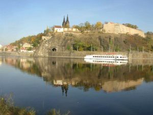 800px-Vysehrad_as_seen_over_the_Vltava_from_Cisarska_louka_732